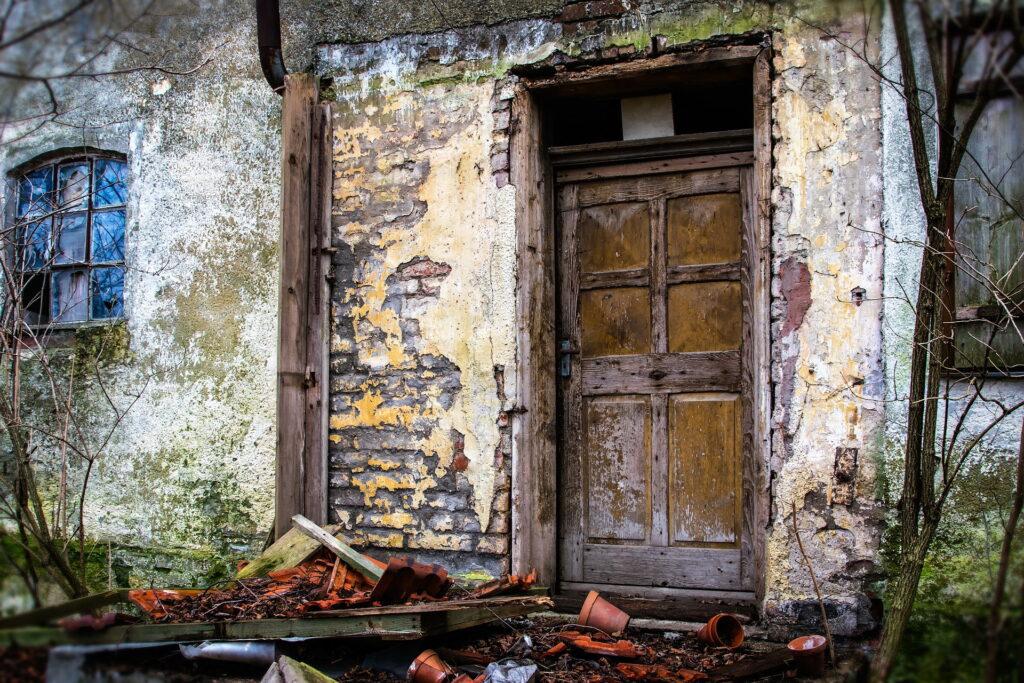 Kad pogledate fotografiju vidite zaključana stara vrata i polupane saksije i crepove. Napuštena kuća.