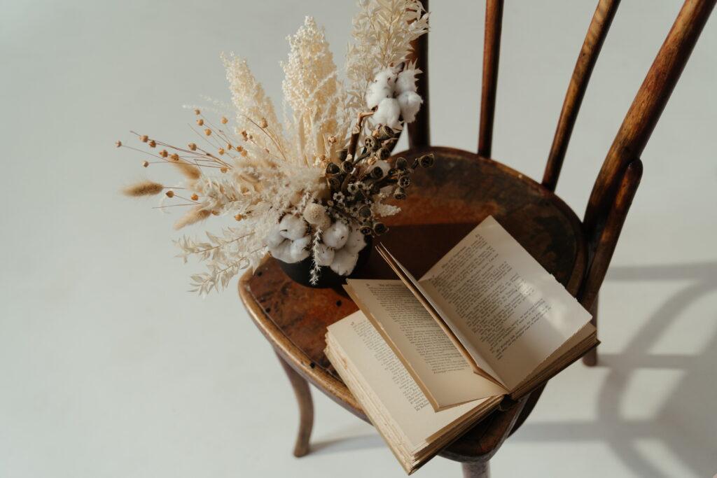 Smisao za estetiku. Na stolici su knjiga i ikebana. Balans za dušu i telo.