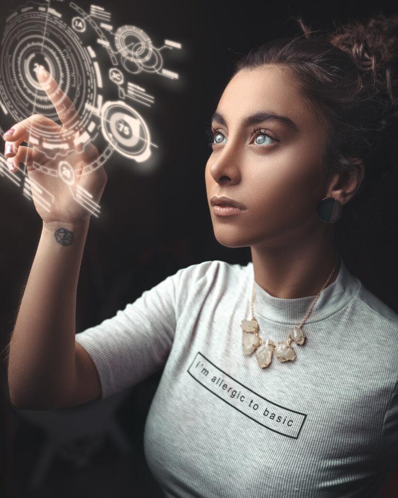 Osećanja se programiraju. Devojka u sivoj majici programira nešto. Ima svetle oči.