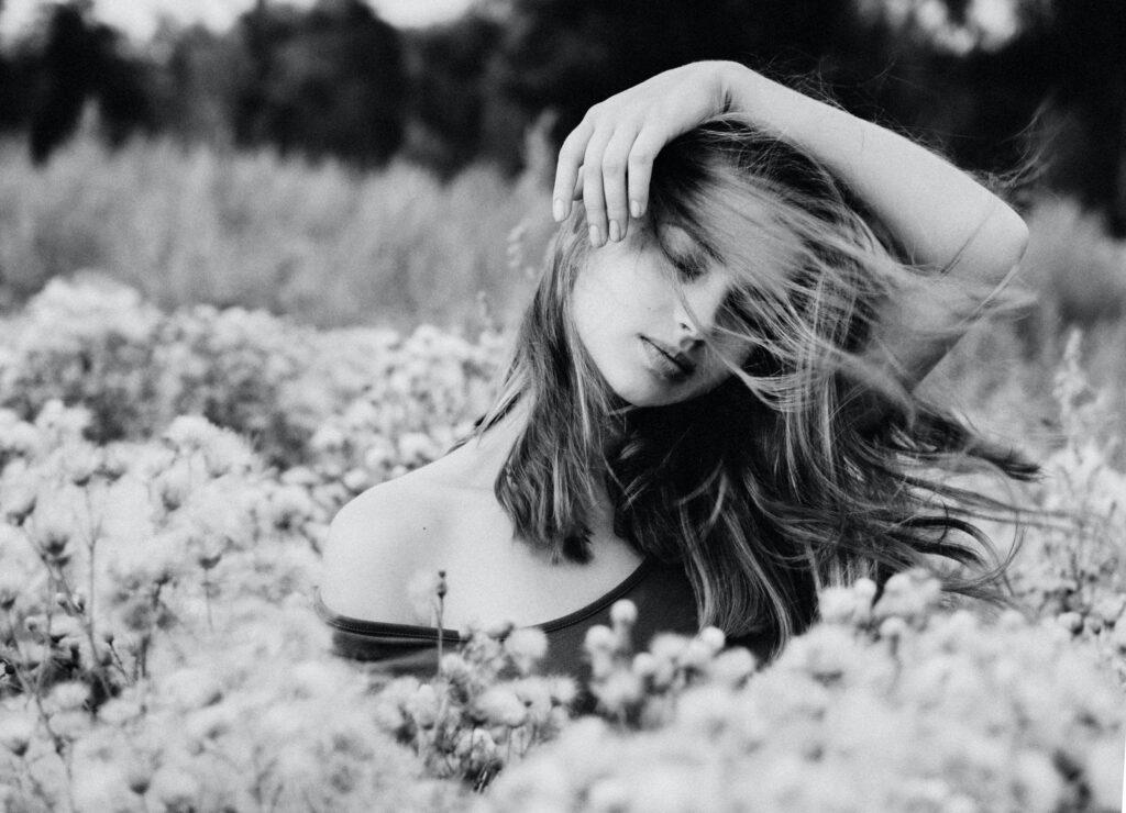 Žena u cvetnom polju. Crno-bela fotografija.